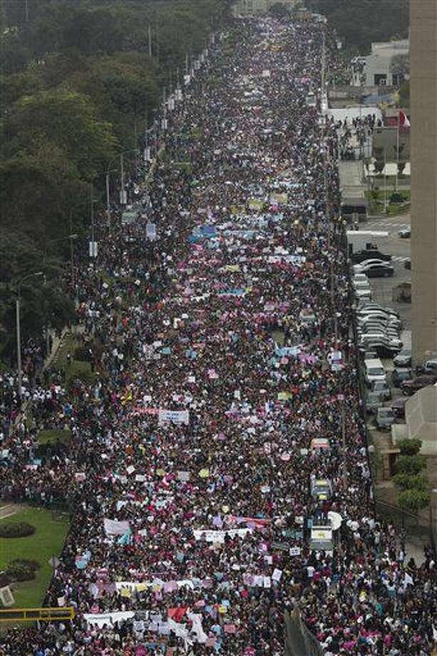 Miles de personas marchan contra la violencia intrafamiliar en Lima, Perú, el sábado 13 de agosto de 2016. Casi un centenar de mujeres mueren cada año por violencia doméstica, de acuerdo con autoridades locales. (AP Foto/Rodrigo Abd) Photo: Rodrigo Abd