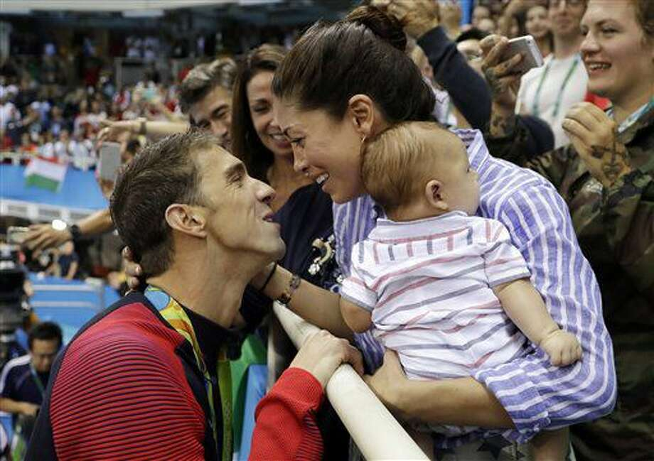 El nadador estadounidense Michael Phelps, izquierda, festeja con su pareja Nicole Johnson y su hijo Boomer tras ganar la merdalla de oro en 200 metros mariposa el martes, 9 de agosto de 2016, en los Juegos Olímpicos de Río de Janeiro. (AP Photo/Matt Slocum) Photo: Matt Slocum