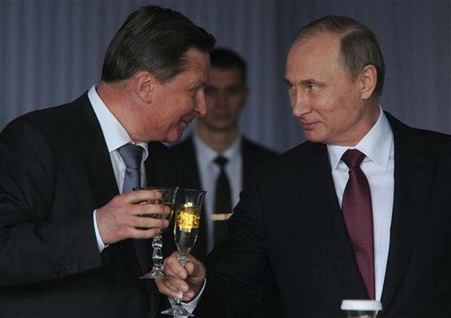 ARCHIVO - En esta imagen del domingo 12 de junio de 2016, el presidente de Rusia, Vladimir Putin, a la derecha, brinda con su jefe de gabinete, Sergei Ivanov, en una recepción por el Día de Rusia en el Kremlin, en Moscú, Rusia. (Mikhail Klimentyev, Sputnik, Kremlin Pool Foto via AP) Photo: Mikhail Klimentyev