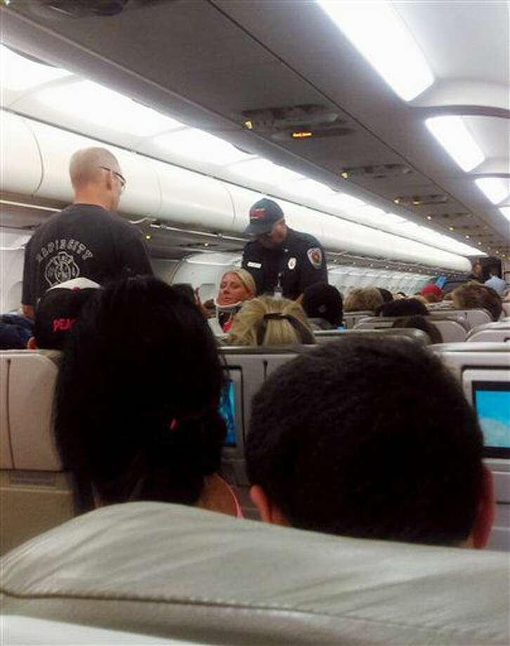 En esta foto tomada por la pasajera Rhonda Lynam el 11 de agosto de 2016 se ve a una sobrecargo en camilla mientras socorristas la ayudan a salir de un avión de JetBlue que aterrizó de emergencia en el aeropuerto de Rapid City, South Dakota. El vuelo JetBlue 429 viajaba de Boston a Sacramento, California, cuando debió ser desviado a Dakota del Sur debido a una fuerte turbulencia que dejó más de 20 heridos, entre pasajeros y miembros de la tripulación. (Rhonda Lynam vía AP) Photo: Rhonda Lynam