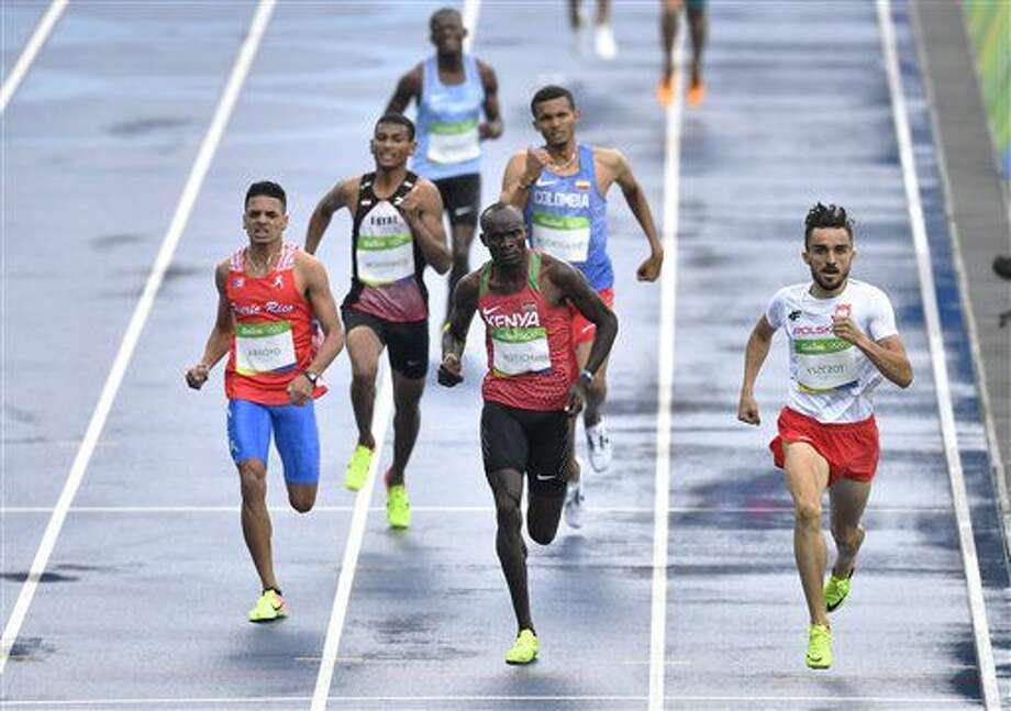 El puertorriqueño Andrés Arroyo, izquierda, compite en las eliminatorias de los 800 metros de los Juegos Olímpicos el viernes, 12 de agosto de 2016, en Río de Janeiro. (AP Photo/Martin Meissner) Photo: Martin Meissner