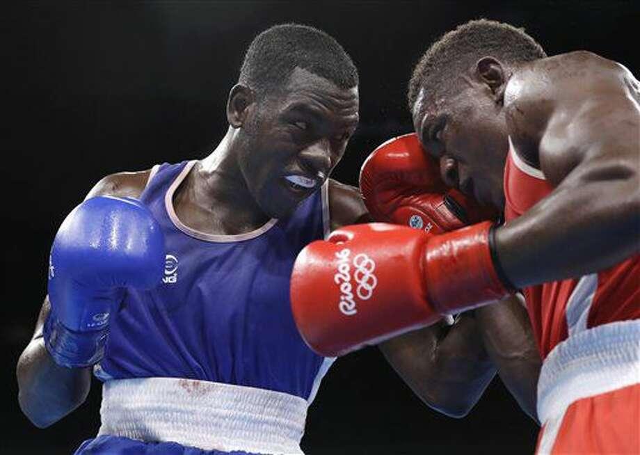El ecuatoriano Marlo Delgado, izquierda, pelea con el francés Christian Mbili en el boxeo de los Juegos Olímpicos el viernes, 12 de agosto de 2016, en Río de Janeiro. (AP Photo/Frank Franklin II) Photo: Frank Franklin II