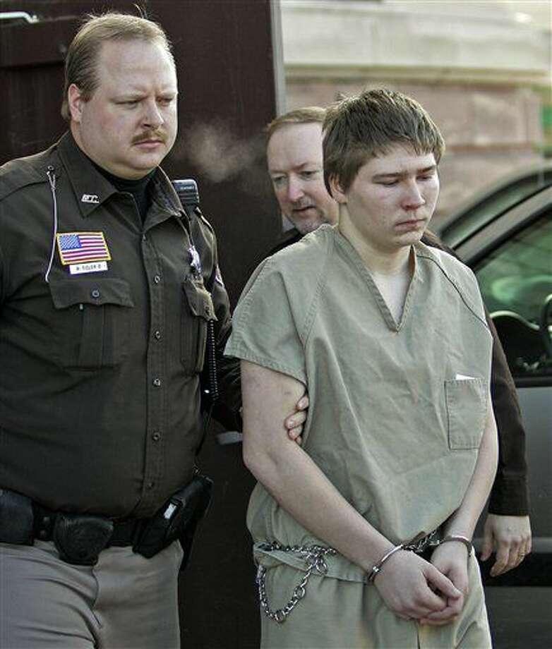 """ARCHIVO - Brendan Dassey, de 16 años, es escoltado fuera de una corte de circuito en el condado de Manitowoc en Manitowoc, Wisconsin, en una fotografía de archivo del 3 de marzo de 2006. Una corte federal en Wisconsin revocó la condena de Dassey, a quien se había declarado culpable de ayudar a su tío, Steven Avery, a matar a Teresa Halbach en un caso presentado en el documental de Netflix """"Making a Murderer"""". (Foto AP/Morry Gash, archivo) Photo: MORRY GASH"""