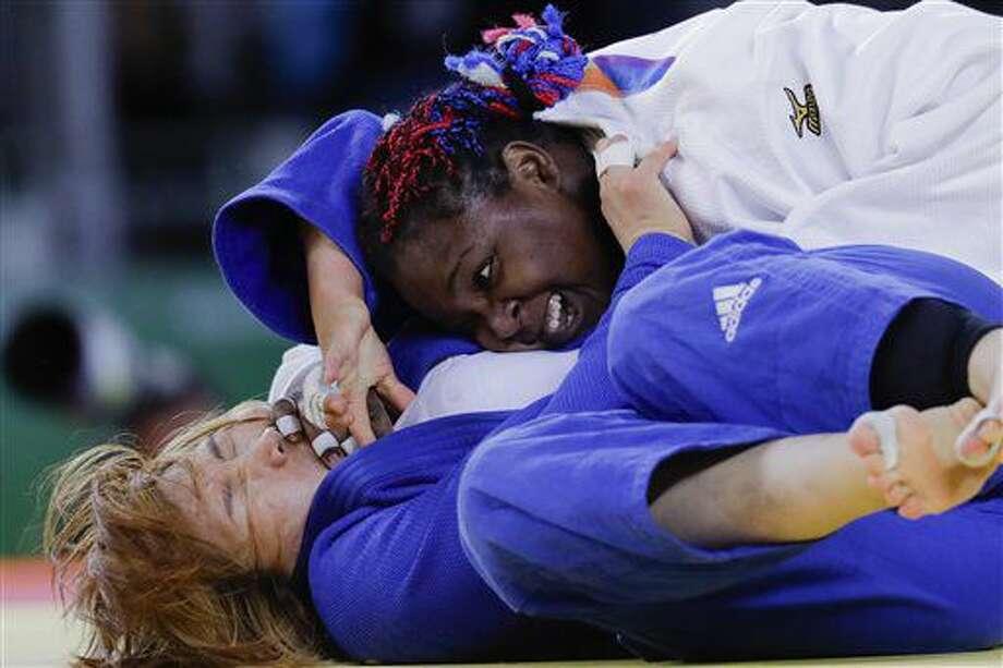 La cubana Idalys Ortiz , arriba, compite en la división de más de 78 kilos del judo de los Juegos Olímpicos el viernes, 12 de agosto de 2016, en Río de Janeiro. (AP Photo/Markus Schreiber) Photo: Markus Schreiber