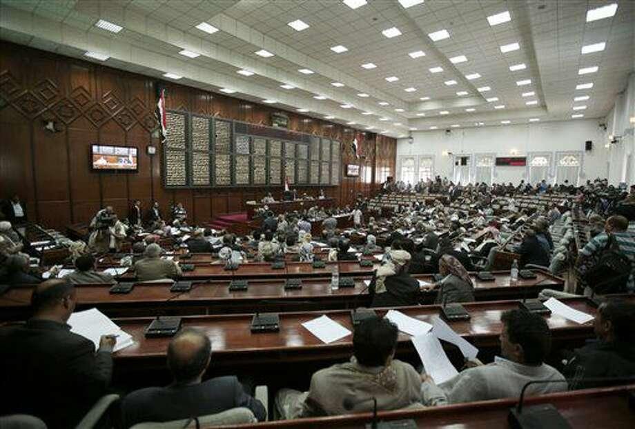 Miembros del parlamento de Yemen asisten a una sesión por primera vez desde que los hutíes lo disolvieron en febrero de 2015 en Saná, Yemen, el sábado 13 de agosto de 2016. (AP Foto/Hani Mohammed) Photo: Hani Mohammed