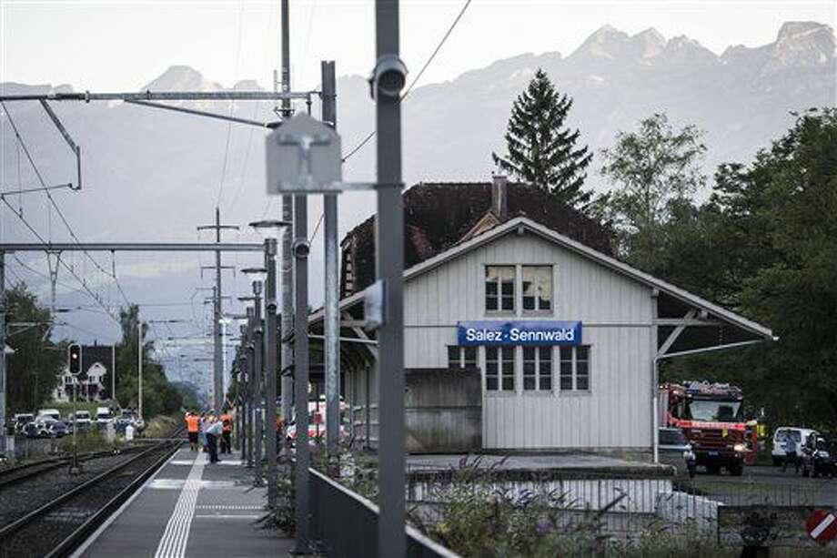 Cuadrillas de atención de emergencias acuden a la estación de trenes Salez-Sennwald después que un hombre atacó a pasajeros del tren en Salez, Suiza, el sábado 13 de agosto de 2016. (Gian Ehrenzeller / Keystone vía AP) Photo: GIAN EHRENZELLER