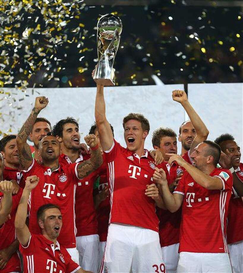 Desde la izquierda, Arturo Vidal, Philipp Lahm, Nicolas Feldhahn y Franck Ribery del Bayern Munich celebran tras ganar la Supercopa alemana tras vencer 2-0 a Borussia Dortmund, el domingo 14 de agosto de 2016. (Ina Fassbender/dpa via AP) Photo: Ina Fassbender
