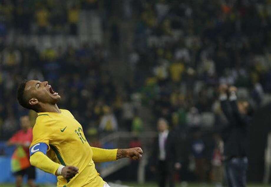 El jugador de Brasil, Neymar, festeja tras vencer 2-0 a Colombia por los cuartos de final del fútbol olímpco el sábado, 13 de agosto de 2016, en Sao Paulo. (AP Photo/Leo Correa) Photo: Leo Correa