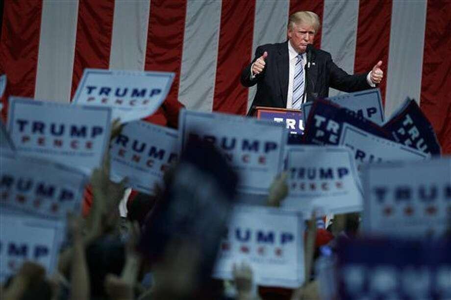 El candidato presidencial republicano Donald Trump celebra ante sus seguidores después de hablar durante un acto proselitista en la Sacred Heart University, el sábado 13 de agosto de 2016, en Fairfield, Connecticut. (AP Foto/Evan Vucci) Photo: Evan Vucci