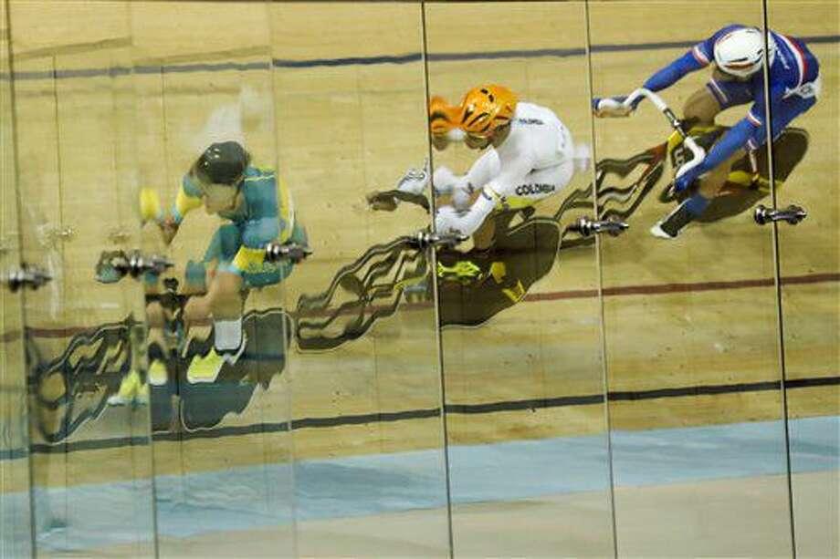 El colombiano Fernando Gaviria, derecha, compite en la prueba del omnium en el ciclismo de pista de los Juegos Olímpicos el domingo, 14 de agosto de 2016, en Río de Janeiro. (AP Photo/Patrick Semansky) Photo: Patrick Semansky