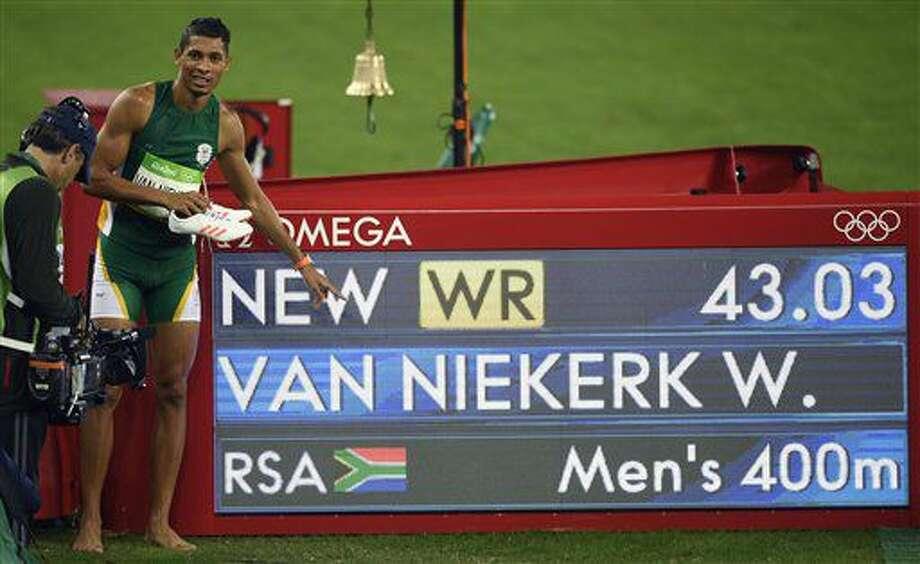 El sudafricano Wayde Van Niekerk festeja al lado del reloj con su tiempo récord en los 400 metros en los Juegos Olímpicos de Río de Janeiro el domingo, 14 de agosto de 2016. (AP Photo/Martin Meissner) Photo: Martin Meissner