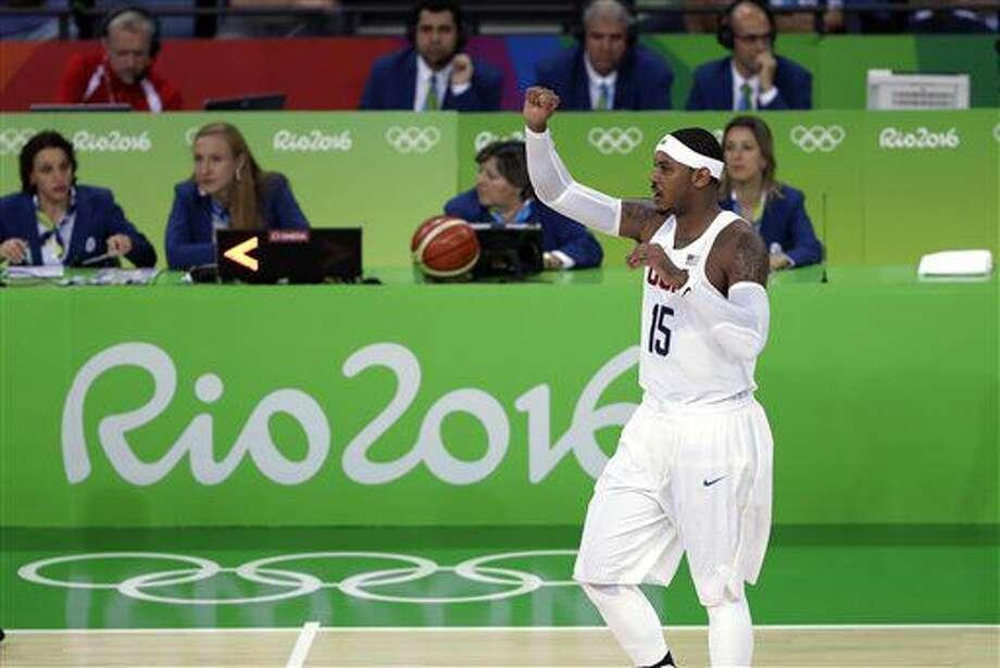 El estadounidense Carmelo Anthony gesticula a un compañero durante un partido contra Francia en el torneo olímpico de básquetbol el domingo, 14 de agosto de 2016, en Río de Janeiro. (AP Photo/Eric Gay) Photo: Eric Gay