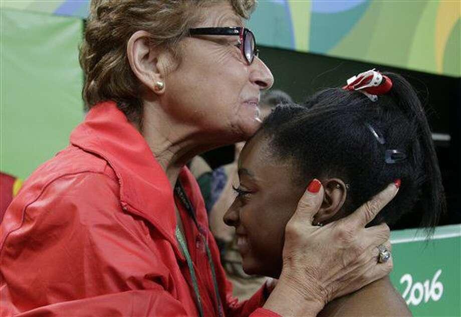 Marta Karolyi, entrenadora del equipo estaounidense de gimnasia artística, felicita a Simone Biles, quien conquistó el oro en el salto de caballo el domingo 14 de agosto de 2016 en los Juegos Olímpicos de Río de Janeiro (AP Foto/Dmitri Lovetsky) Photo: Dmitri Lovetsky