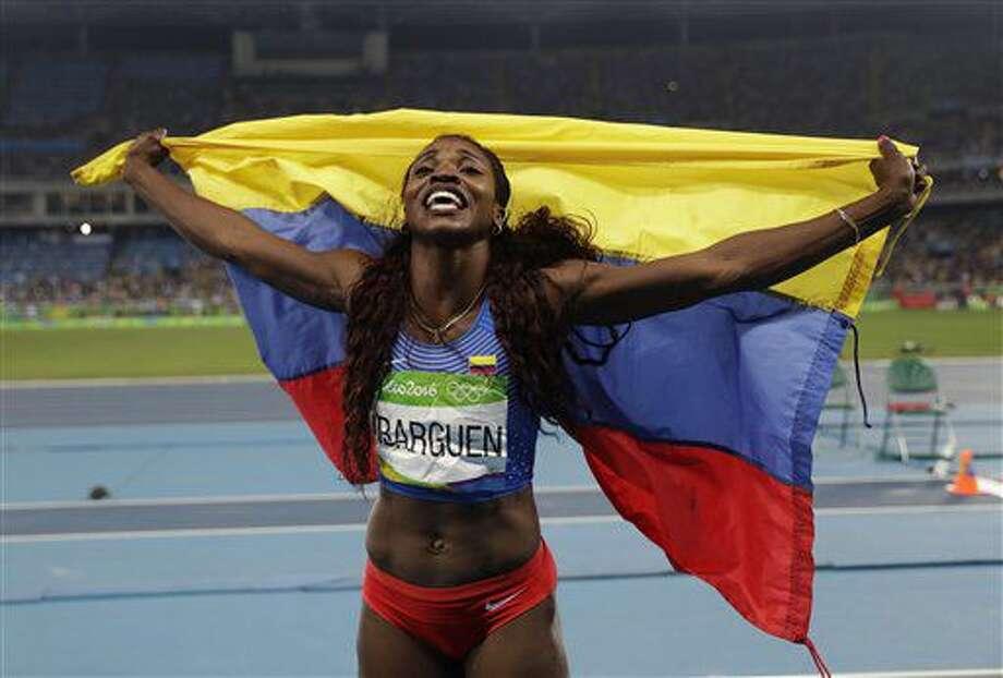 La colombiana Caterine Ibargüen festeja con la bandera de su país tras ganar la medalla de oro en el salto triple de los Juegos Olímpicos de Río de Janeiro el domingo, 14 de agosto de 2016. (AP Photo/Matt Dunham) Photo: Matt Dunham