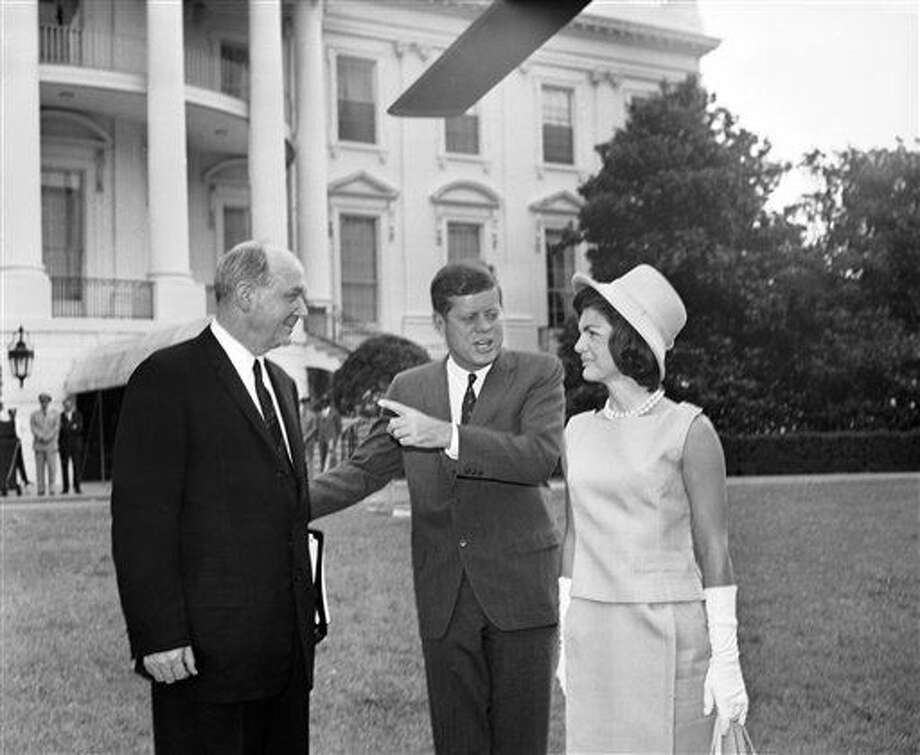 """En esta foto del 29 de junio de 1962, el presidente John F. Kennedy, en el centro, y la primera dama Jacqueline Kennedy conversan con el secretario de Estado Dean Rusk en lal Casa Blanca en Washington. Un nuevo documental, """"JFK: Fact and Fable"""", examina el papel de la difunta Jacqueline Kennedy Onassis en la creación de JFK como figura pública. (AP Foto, Archivo) Photo: Uncredited"""