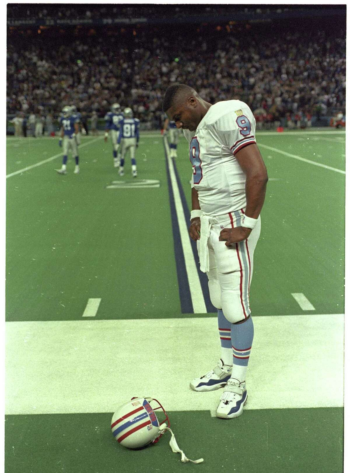 11/03/1996 - Steve McNair is dejected at the end of the game after the Seahawks recovered a blocked field goal and ran it in for a TD to win the game in the Seattle Kingdome, Sunday Nov. 3, 1996. Richard Carson / Houston Chronicle HOUCHRON CAPTION (11/04/1996): Quarterback Steve McNair hangs his head after Oilers lose 23-16 when Seattle blocked a field goal attempt and ran it back for a TD in the last seconds.