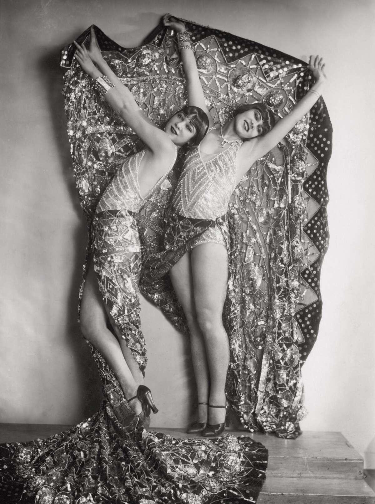 """Chorus girls in the revue """"Wien lacht wieder"""" in Vienna, circa 1929."""