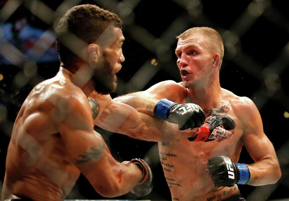 Jason Knight, right, fights Jim Alers during their featherweight mixed martial arts bout at United Center in Chicago, Saturday, July 23, 2016. (AP Photo/Nam Y. Huh) Photo: Nam Y. Huh / Copyright 2016 The Associated Press. All rights reserved. This m