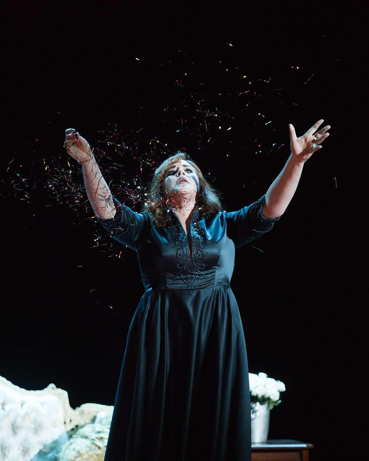Tara Curtis (Cassandre) performs �Les Grecs ont disparu!... Malheureux roi! Dans l��ternelle nuit� from Les Troyens by Berlioz.