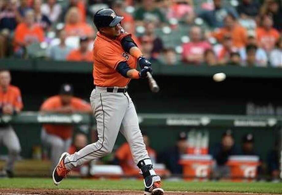 Yulieski Gurriel de los Astros de Houston batea un sencillo ante los Orioles de Baltimore, el domingo 21 de agosto de 2016. (AP Foto/Gail Burton)