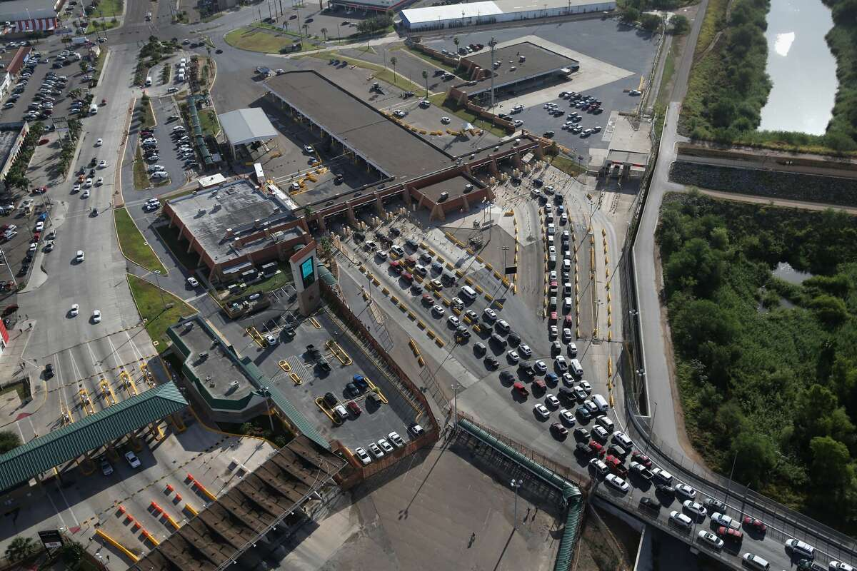 HIDALGO, TX - AUGUST 18: Vehicles wait in line to pass into the United States from Mexico at the Hidalgo port of entry on August 18, 2016 in Hidalgo, Texas. Border security has become a major issue in the U.S. presidential campaign. (Photo by John Moore/Getty Images)