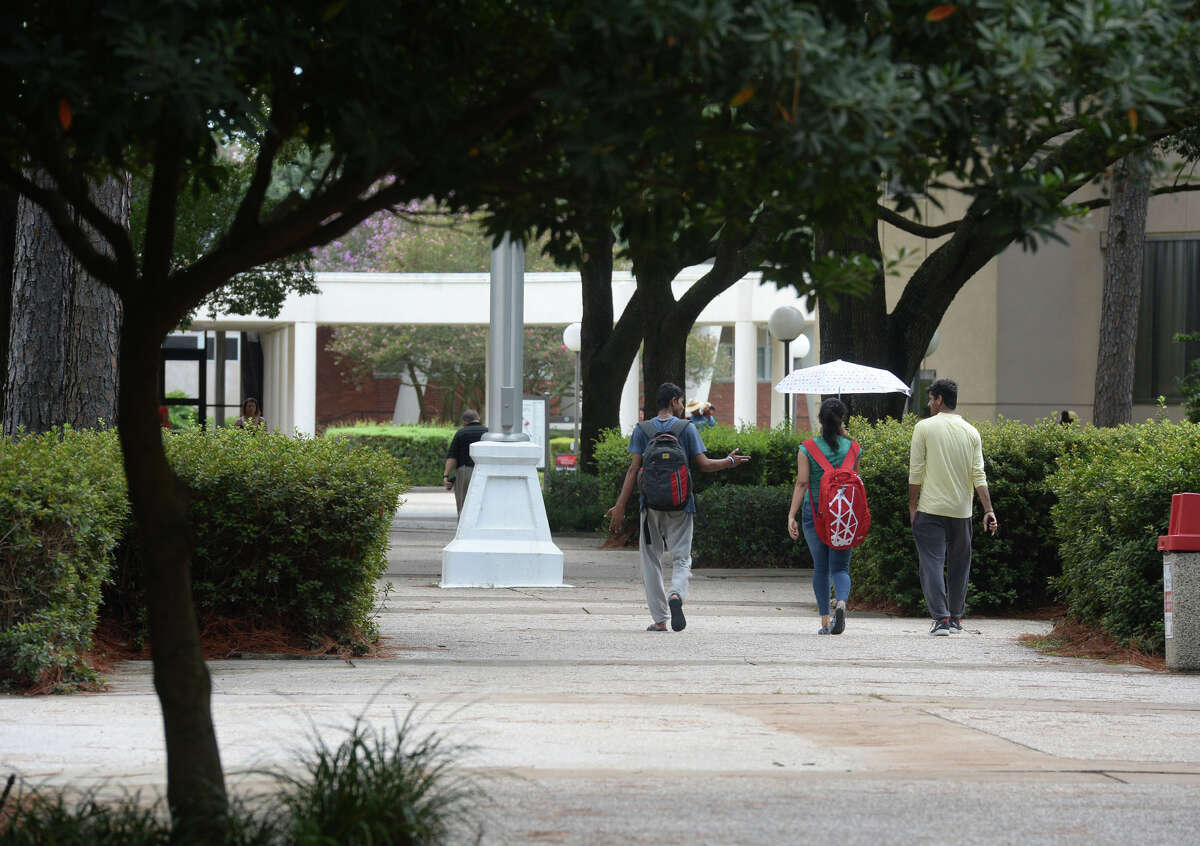 Students walk around the Lamar University campus during registration for the Fall semester on Thursday. Photo taken Thursday, August 18, 2016 Guiseppe Barranco/The Enterprise