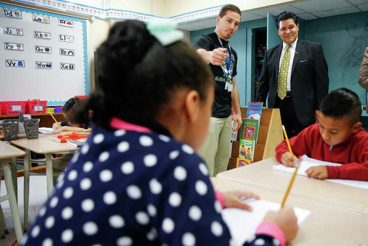 Houston Independent School District Superintendent Richard Carranza visits a second grade class at Law Elementary School Monday. ( Michael Ciaglo / Houston Chronicle )