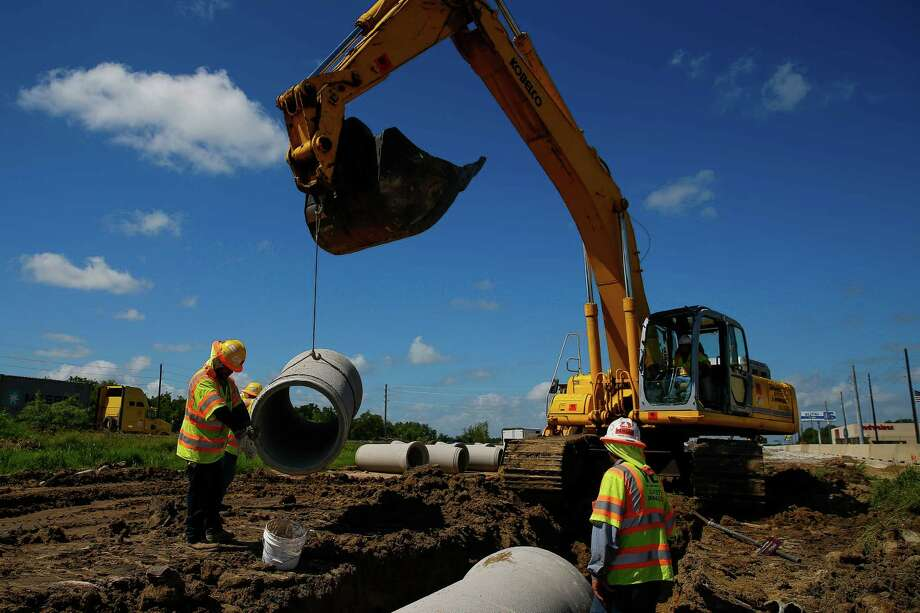 Crews work to install pipes as U.S. 59 was widened in Fort Bend County Tuesday, August 23, 2016 in Rosenberg. Photo: Michael Ciaglo, Houston Chronicle / © 2016  Houston Chronicle