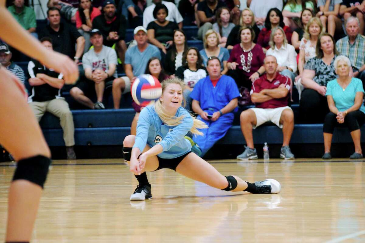 Pearland's Grace Lee (21) digs down to make the set against Friendswood Tuesday, Aug. 23.