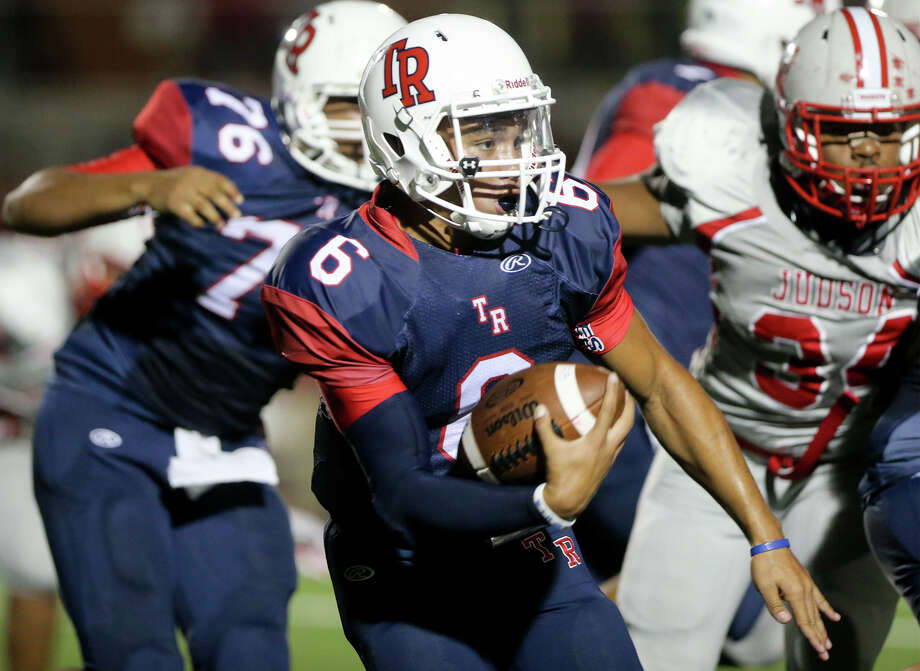 Roosevelt quarterback Bryson Carroll (center) looks for running room during the first half of their game with Judson at Heroes Stadium on Sept. 11, 2015. Photo: Marvin Pfeiffer /San Antonio Express-News / Express-News 2015