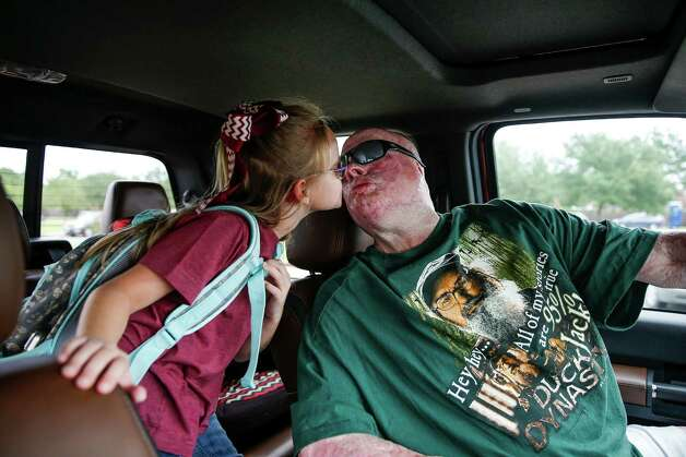 Mike Smith, who was severally injured in an explosion at Air Liquid in 2013, kisses his daughter, Peyton, as he picks her up from her first day of school Monday, August 22, 2016 in Pearland. Photo: Michael Ciaglo, Houston Chronicle / © 2016  Houston Chronicle