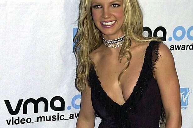 Singer Britney Spears poses for a picture as she enters the MTV Video Music Awards 07 September 2000 in New York.
