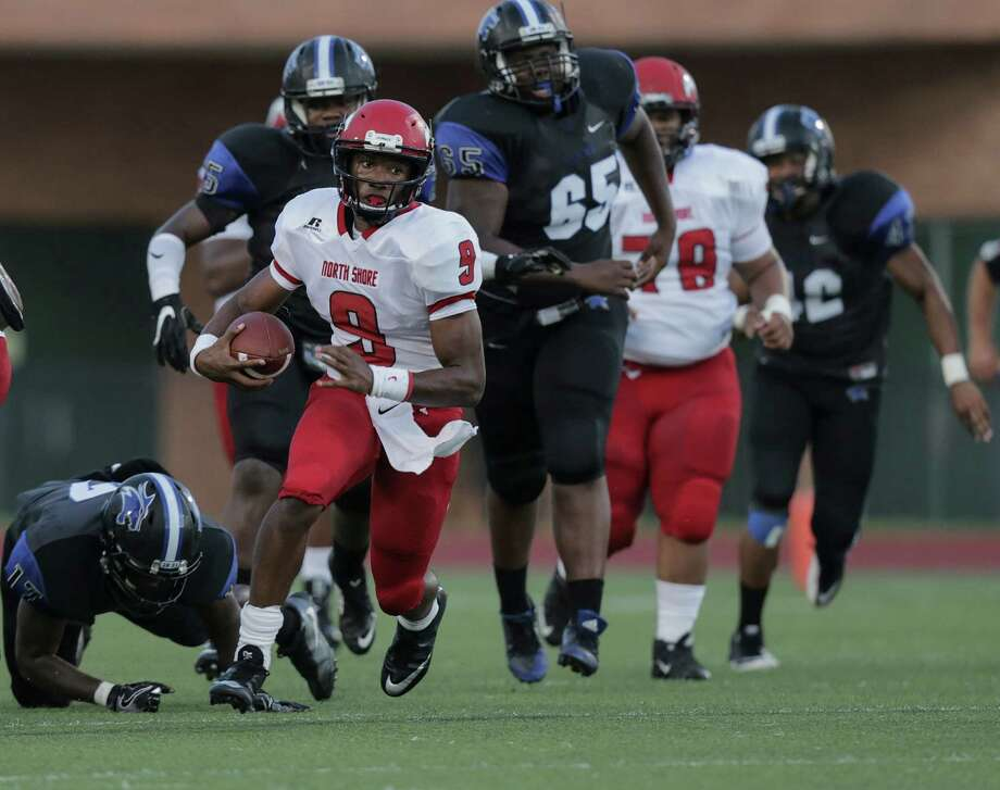 Aug. 25: North Shore 56, Dekaney 19North Shore's quarterback Bryant Badie (9) breaks through the line of scrimmage during the  first half of varsity football action against Dekaney on Thursday, Aug. 25, 2016, in Spring. Photo: Elizabeth Conley, Houston Chronicle / © 2016 Houston Chronicle