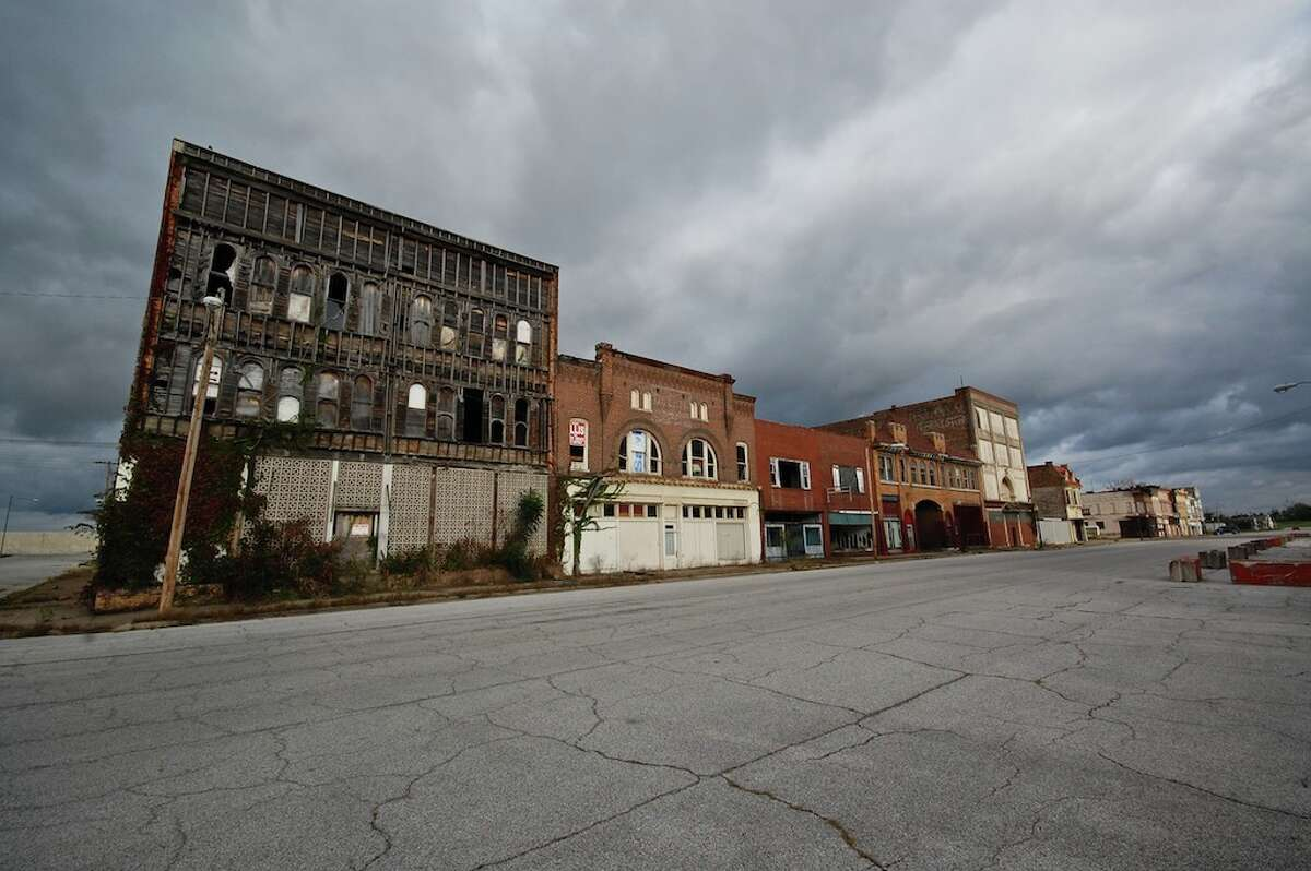 Photos from Flickr show the eerie, mostly abandoned Cairo, Illinois - a once-bustling town along the Mississippi River that now houses only a few thousand residents.