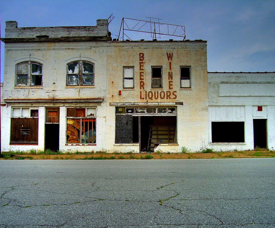 Photos from Flickr show the eerie, mostly abandoned Cairo, Illinois – a once-bustling town along the Mississippi River that now houses only a few thousand residents. Photo: Flickr / Kevin Schraer