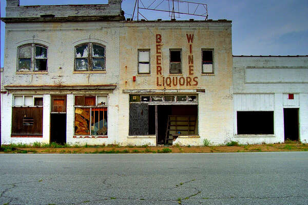 Photos from Flickr show the eerie, mostly abandoned Cairo, Illinois – a once-bustling town along the Mississippi River that now houses only a few thousand residents.