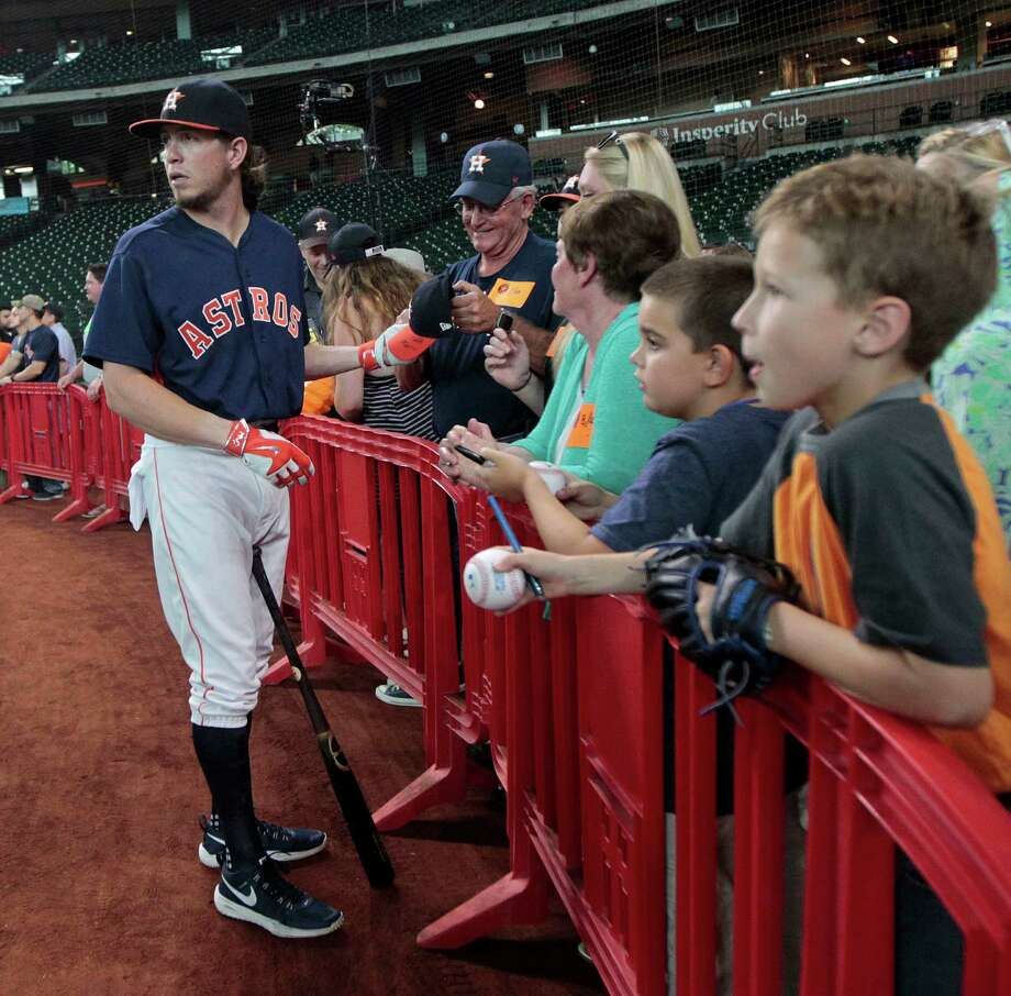 Houston Astros left fielder Colby Rasmus signs autographs during batting practice before an MLB game at Minute Maid Park, Friday, Aug. 26, 2016 in Houston. Photo: Karen Warren, Houston Chronicle / 2016 Houston Chronicle