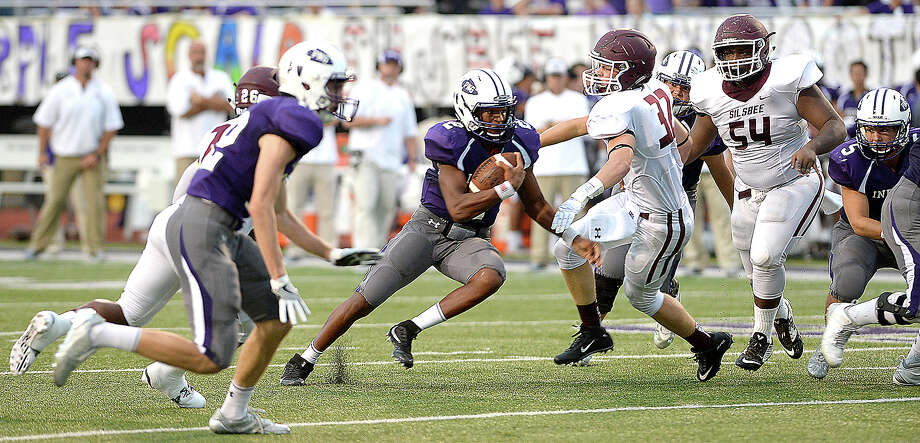 Silsbee's AdamCarrell defends as Port Neches - Groves' Roschon Johnson runs the play during Friday night's season opening game at PNG. Photo taken Friday, August 26, 2016 Kim Brent/The Enterprise Photo: Kim Brent / Beaumont Enterprise