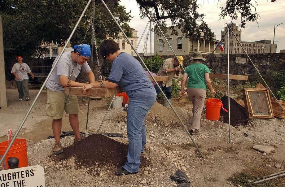UTSA students sift through dirt pulled from an archaeological dig by UTSA students, Thursday, July 20, 2006. GLORIA FERNIZ/STAFF Photo: GLORIA FERNIZ, STAFF / SAN ANTONIO EXPRESS-NEWS / SAN ANTONIO EXPRESS-NEWS