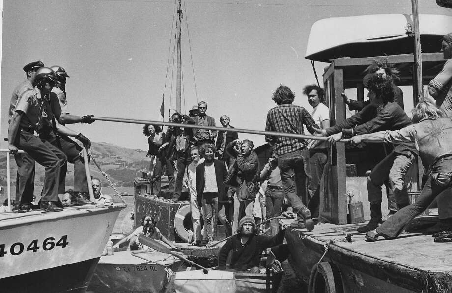 Sheriff's officers try to prevent houseboat owners from moving a houseboat moored near Sausalito on June 7, 1971 Photo: Larry Tiscornia, The Chronicle