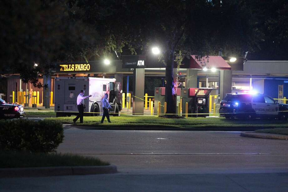 An armored-car crewman was killed Monday evening outside a Wells Fargo bank in the 13200 block of the Northwest Freeway. Photo: James Nielsen / Houston Chronicle