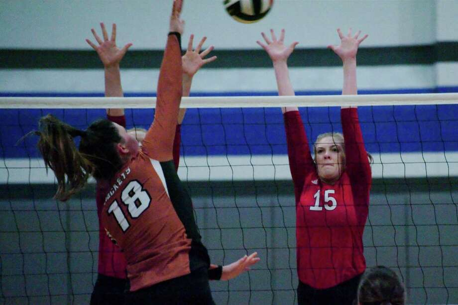 Dawson's Kate Plummer (15) tries to block a shot from Alvin's Meredith Johnson (18) during the BSN/Under Armour CCISD Volleyball Tournament at Clear Springs High School Thursday, Sep. 1. Photo: Kirk Sides, Houston Chronicle / © 2016 Kirk Sides / Houston Community Newspapers