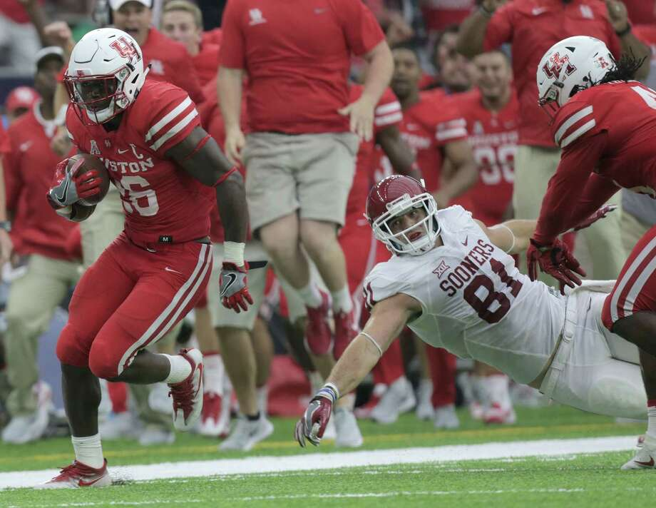 Houston Cougars cornerback Brandon Wilson (26) avoids a tackle by Oklahoma Sooners wide receiver Mark Andrews (81) as he returns a missed field goal for a touchdown in the third quarter during Advocare Texas Kickoff on Saturday, Sept. 3, 2016, at NRG Stadium in Houston. Houston won the game 33-23. Photo: Elizabeth Conley, Houston Chronicle / © 2016 Houston Chronicle