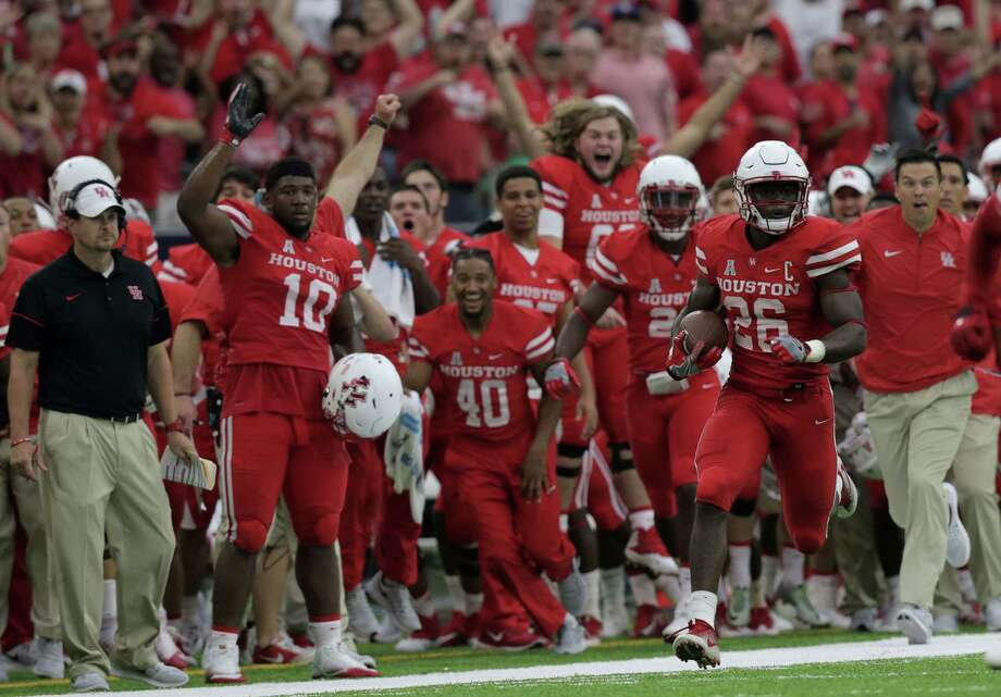 Houston Cougars cornerback Brandon Wilson (26) returns a missed field goal by Oklahoma Sooners to score a touchdown in the third quarter. University of Houston and Oklahoma University football teams play in the Advocare Texas Kickoff on Saturday, Sept. 3, 2016, at NRG Stadium in Houston. Photo: Elizabeth Conley, Houston Chronicle / © 2016 Houston Chronicle