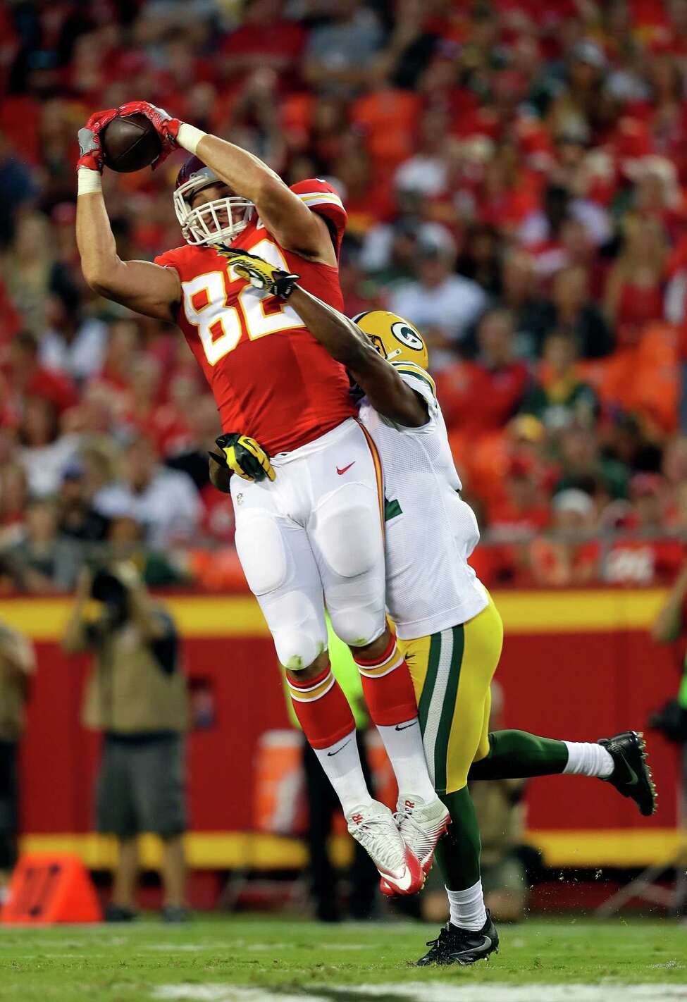 KANSAS CITY, MO - SEPTEMBER 01: Brian Parker #82 of the Kansas City Chiefs catches a pass a Robertson Daniel #31 of the Green Bay Packers defends during the preseason game at Arrowhead Stadium on September 1, 2016 in Kansas City, Missouri. (Photo by Jamie Squire/Getty Images) ORG XMIT: 657833655