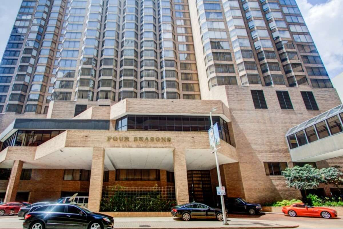 Houston's most-expensive luxury hotel suites When visiting Houston or planning a staycation with luxury and grand amenities in mind, these hotels are the most expensive spots in town.Continue through the photos to see Houston's most-expensive luxury hotel suites.