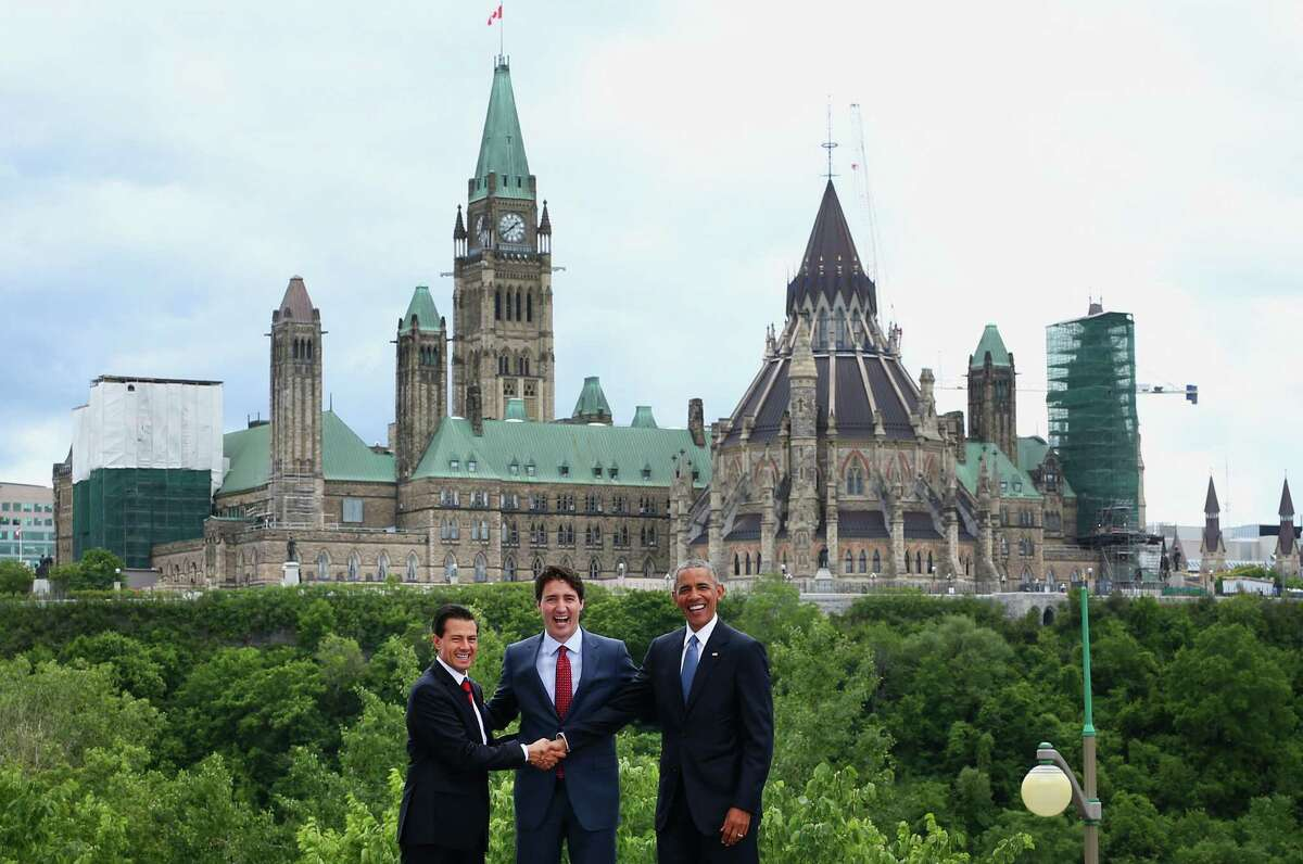 """Enrique Pena Nieto, Mexico's president, from left, Justin Trudeau, Canada's prime minister, and U.S. President Barack Obama stand for a photograph in front of Parliament Hill during the North American Leaders Summit (NALS) in Ottawa, Ontario, Canada, on Wednesday, June 29, 2016. Leaders from the three Nafta nations """"agree on the need for governments of all major steel-producing countries to make strong and immediate commitments to address the problem of global excess steelmaking capacity,"""" according to a statement from Trudeau. Photographer: Cole Burston/Bloomberg"""