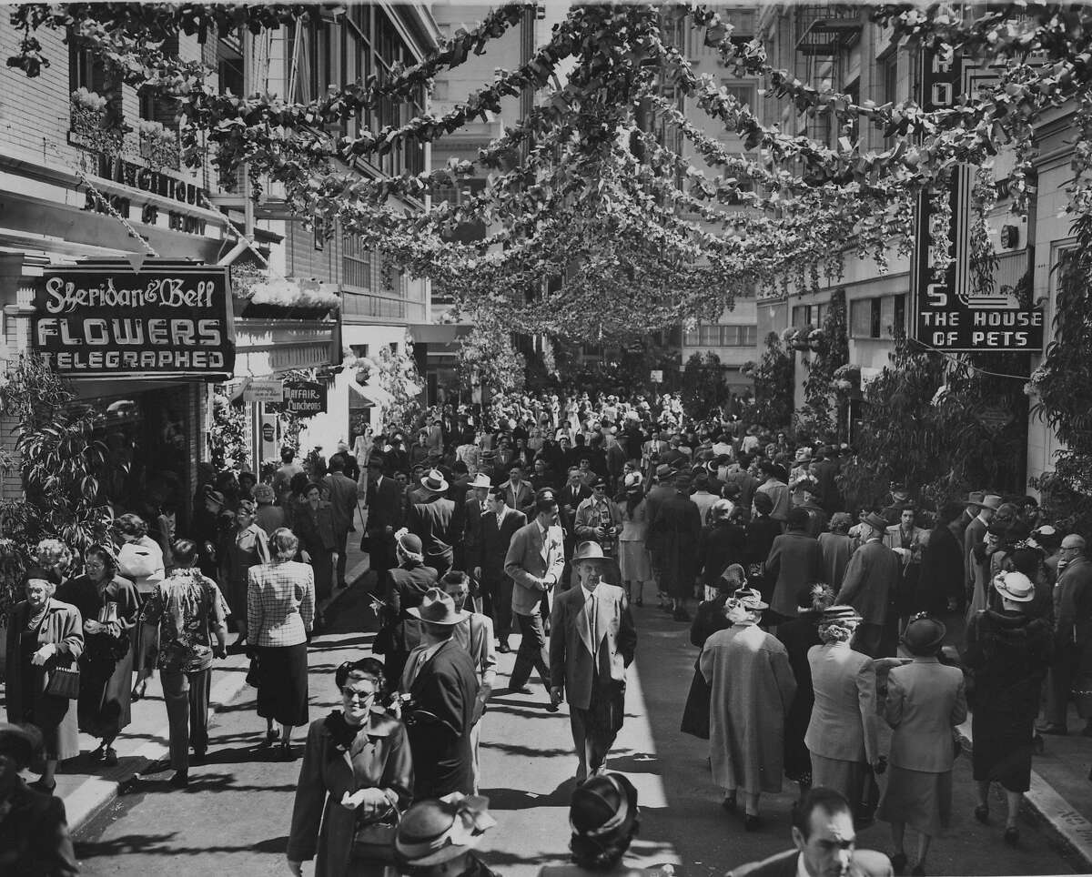 Busy shopping day on Maiden Lane even before it became a pedestrian-only street for 3 hours a day Photo shot 03/30/1950