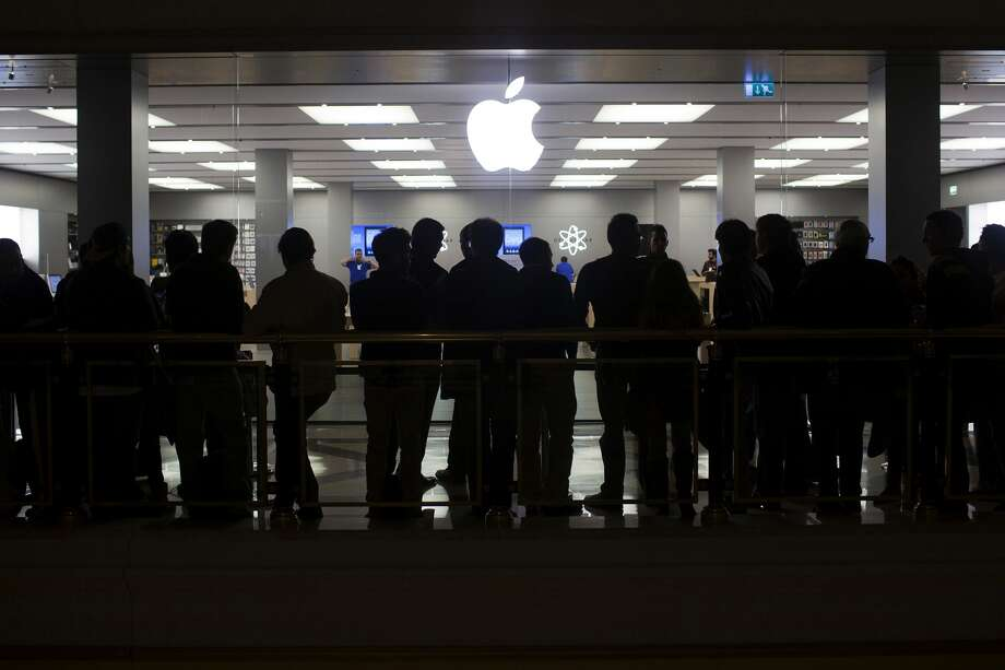 Customers  wait in line for the launch of the Apple iPhone 5 outside the Apple  store in the Gran Plaza 2 shopping mall in Majadahonda, Spain, on  Friday, Sept. 28, 2012. Photo: Angel Navarrete, Bloomberg