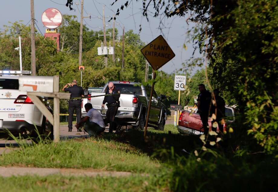 Harris County Sheriff's Office deputies investigate a fatal accident on Kelly Lane near Veterans Memorial Drive in north Houston Thursday, Sept. 7, 2016. (Mark Mulligan / Houston Chronicle)